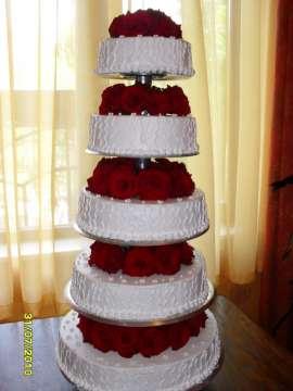 Торта украсена с истински рози