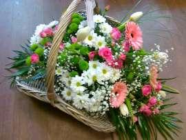Кошница с цветя - рози , хризантеми, гербер, лалета, лизиантус