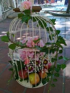 Кафез с цветя и плодове