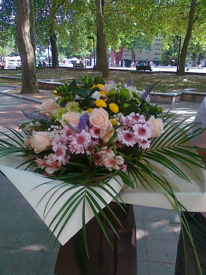 Букет от хризантема и рози