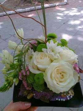Аранжировка за маса роза и хризантема