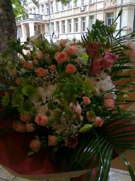Букет от спрей-роза, хризантема, лизиантус, орнитугалум
