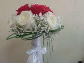 букет бели и розови рози