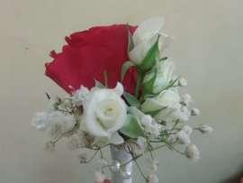 Бутониера бели и розови рози