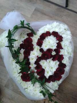 рози и хризантеми във формата на сърце