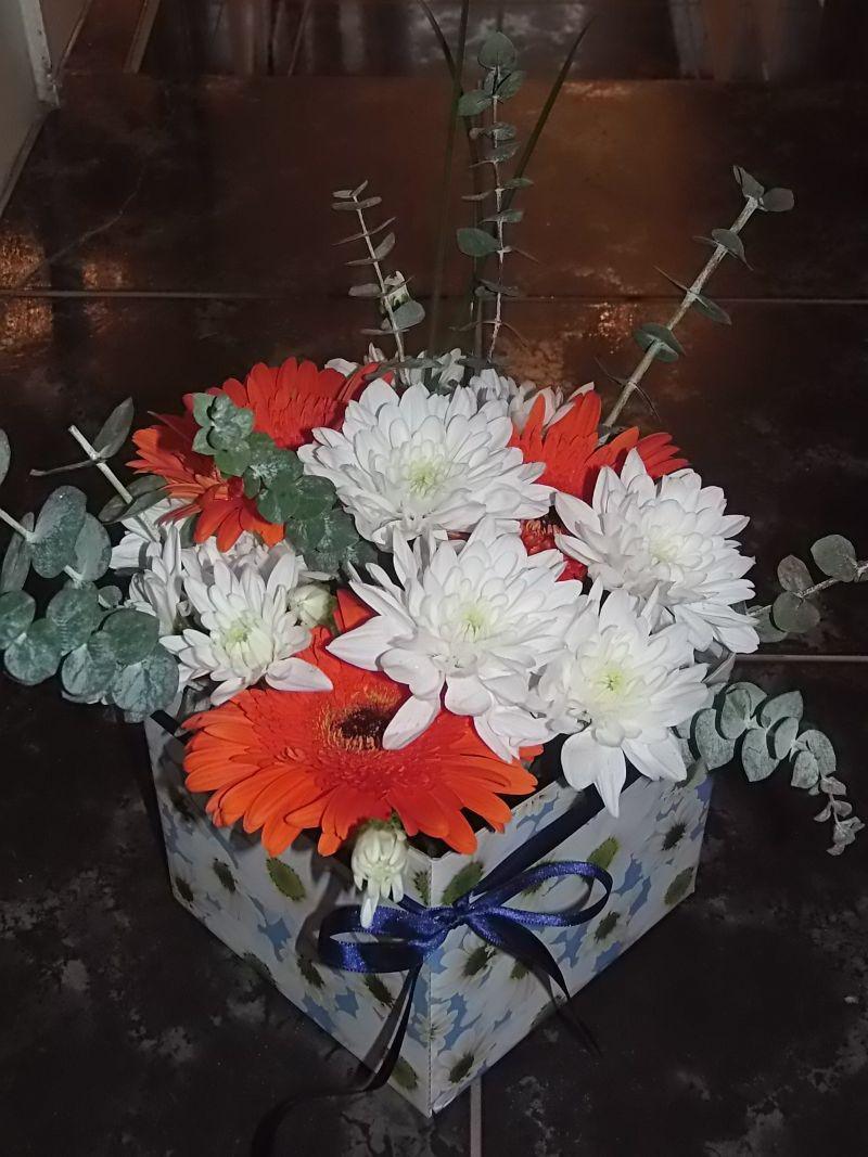 Букет хризантема и гербер в гъба