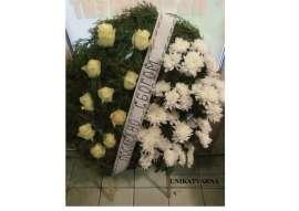 Венец от бели рози и хризантеми