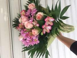 Букет от рози,хризантеми , алстромерия