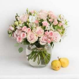 Букет рози и лизиантус във ваза