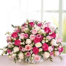 Кошница с рози, лизиантус, хризантема и алстромерия