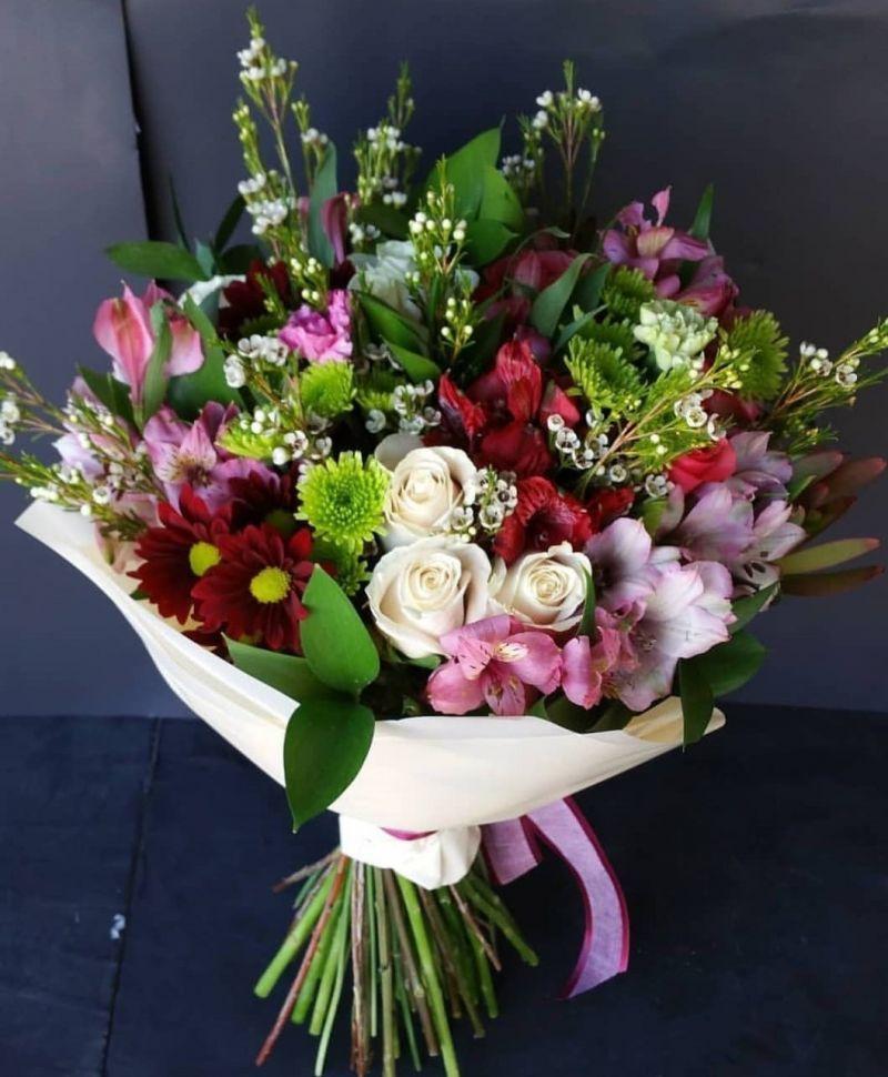 Букет от рози, алстромерия, хризантема, лизиантус, лилиум