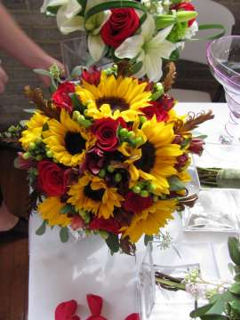Сватбен букет от слънчогледи и рози
